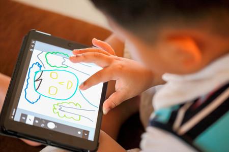 Niño dibujando en una tablet