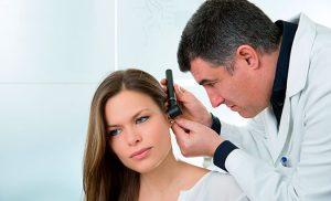 Doctor revisando dolor de oído
