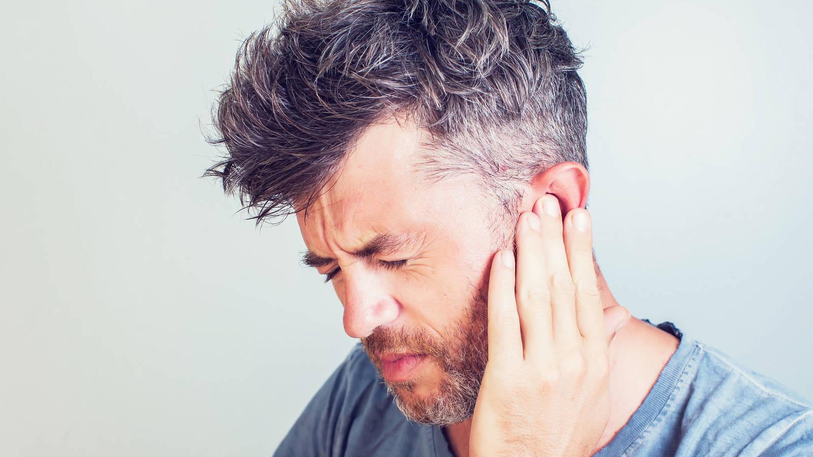 Hombre con dolor de oído