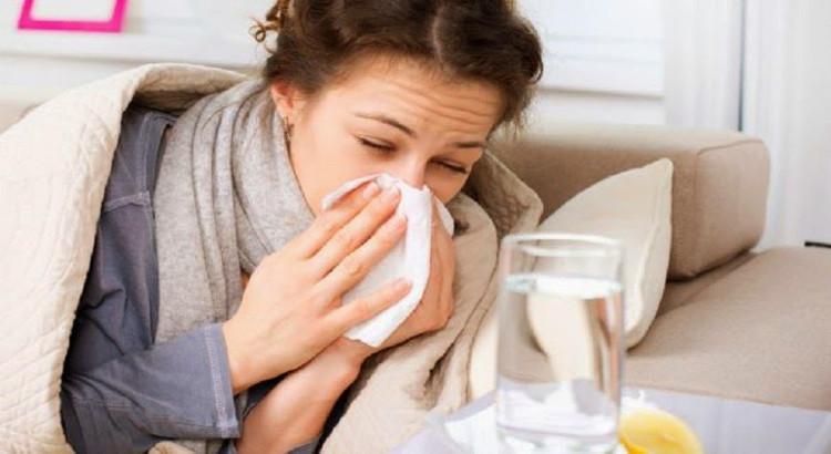 Mujer tomando medicamentos aurax para el resfriado